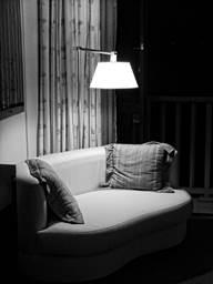 sofa e luz baixa