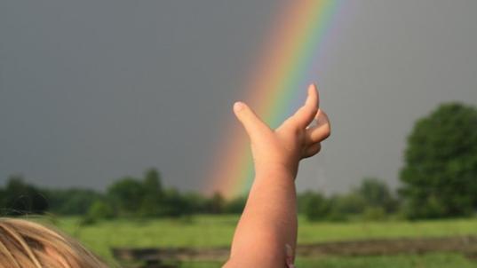 uma mão e o arco iris