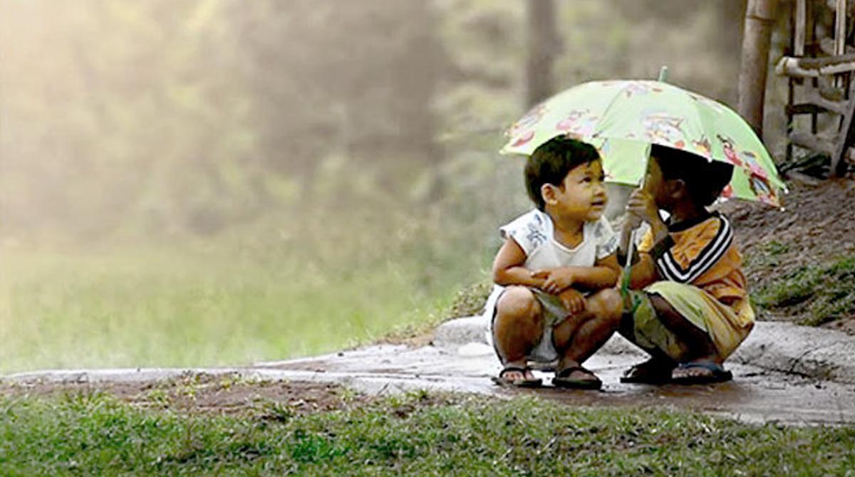 crianças dividindo um guarda chuva